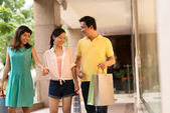 Vietnamese family  shopping — Stock Photo