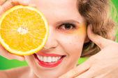 Kvinna med hälften av orange — Stockfoto