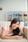 Kobieta, leżąc na kanapie i muzyki — Zdjęcie stockowe