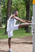 Uomo facendo esercizi di stretching — Foto Stock