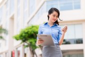 Businesswoman texting outdoors — ストック写真