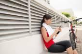 亚洲女人发短信 — 图库照片
