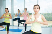 Asian girl doing yoga — Zdjęcie stockowe