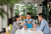 Business colleagues discussing document — Foto Stock