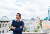 Uomo asiatico, godendo la vista — Foto Stock