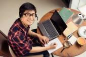 Jonge man in hoofdtelefoon — Stockfoto