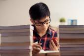 Vietnamese teenager reading book — Stock fotografie