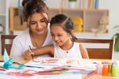 Mother with daughter drawing picture — ストック写真