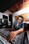 Sound technician in recording studio — Stockfoto