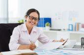 Zakenvrouw werken met documenten — Stockfoto