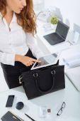 Imprenditrice utilizzando la tavoletta digitale in ufficio — Foto Stock