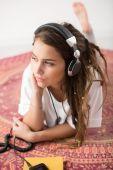 Mladá dívka, poslech hudby — Stockfoto