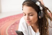 Girl listening to the favorite song — Stock Photo