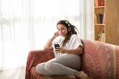 Girl with dreadlocks listening to the music — Stock fotografie