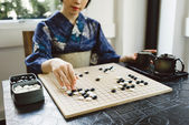 Playing wei qi game — Stock Photo