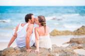 Kissing on the beach — Stock Photo