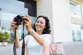 Donna che cattura selfie sulla fotocamera digitale — Foto Stock