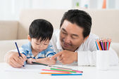 Man teaching son how to draw — Stock Photo