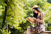 Girl reading a book in the park — Stock Photo