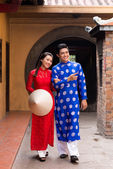 Vietnamese couple in traditional clothing — Stock Photo