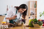 Vrouw koken in de keuken — Stockfoto