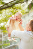 Man tossing his kid — Stock Photo