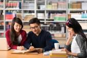 Studentów studiujących w bibliotece — Zdjęcie stockowe