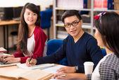 Estudiantes que estudian en la biblioteca — Foto de Stock