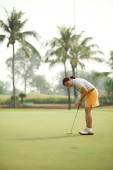 Golf oynayan kadın — Stok fotoğraf
