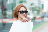 Young woman holding paper bag — Foto Stock