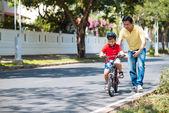 Man teaching son to cycle — Stock Photo