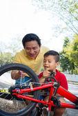 Explaining bike mechanism — Stock Photo
