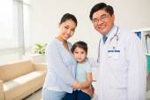 Mother and daughter at pediatrician — Stock Photo