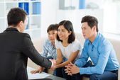 Family meeting real estate agent — Fotografia Stock