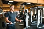 在健身房训练的健美运动员 — 图库照片