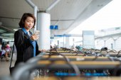 Business lady at station — Stock Photo