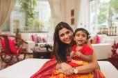 Glückliche Mutter und Tochter zu Hause — Stockfoto