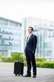 Uomo d'affari Pensive con una valigia — Foto Stock