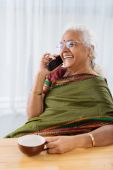 Woman speaking on the phone — Stock Photo