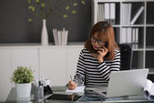 Busy woman talking to client — Stock Photo