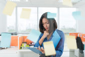 Businesswoman looking at clipboard — Stock Photo