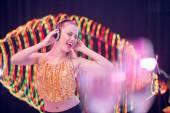 Donna che gode della musica nelle sue cuffie — Foto Stock