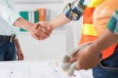 Engineer and investor shaking hands — Stock Photo