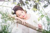 Kinesisk kvinna njuter av naturen — Stockfoto
