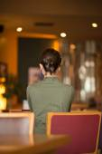 Woman with casual hairstyle sitting in cafe — Stock Photo