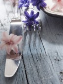 Fork and knife with fresh flowers — Fotografia Stock