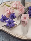 Fork and knife with fresh flowers — Stock Photo
