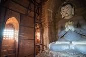 Bagan, MYANMAR - DEC 18: Large buddah statue near Shwesandaw tem — Stockfoto