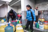KATHMANDU, NEPAL - APRIL 29, 2015: people collects water near Bo — Stock Photo