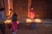 KATHMANDU, NEPAL - APRIL 29, 2015: Nepali residents take part in — Stock Photo